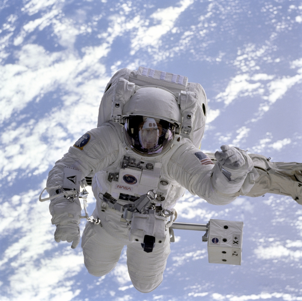 0124-1011-2211-5543_astronaut_floating_in_space_above_planet_earth_o